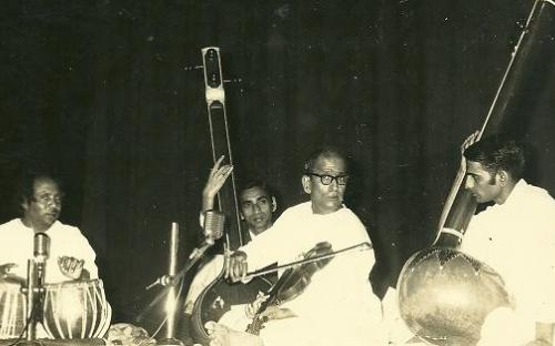 gajananrao_in_concert_with_son_narayan_on_tanpura.JPG
